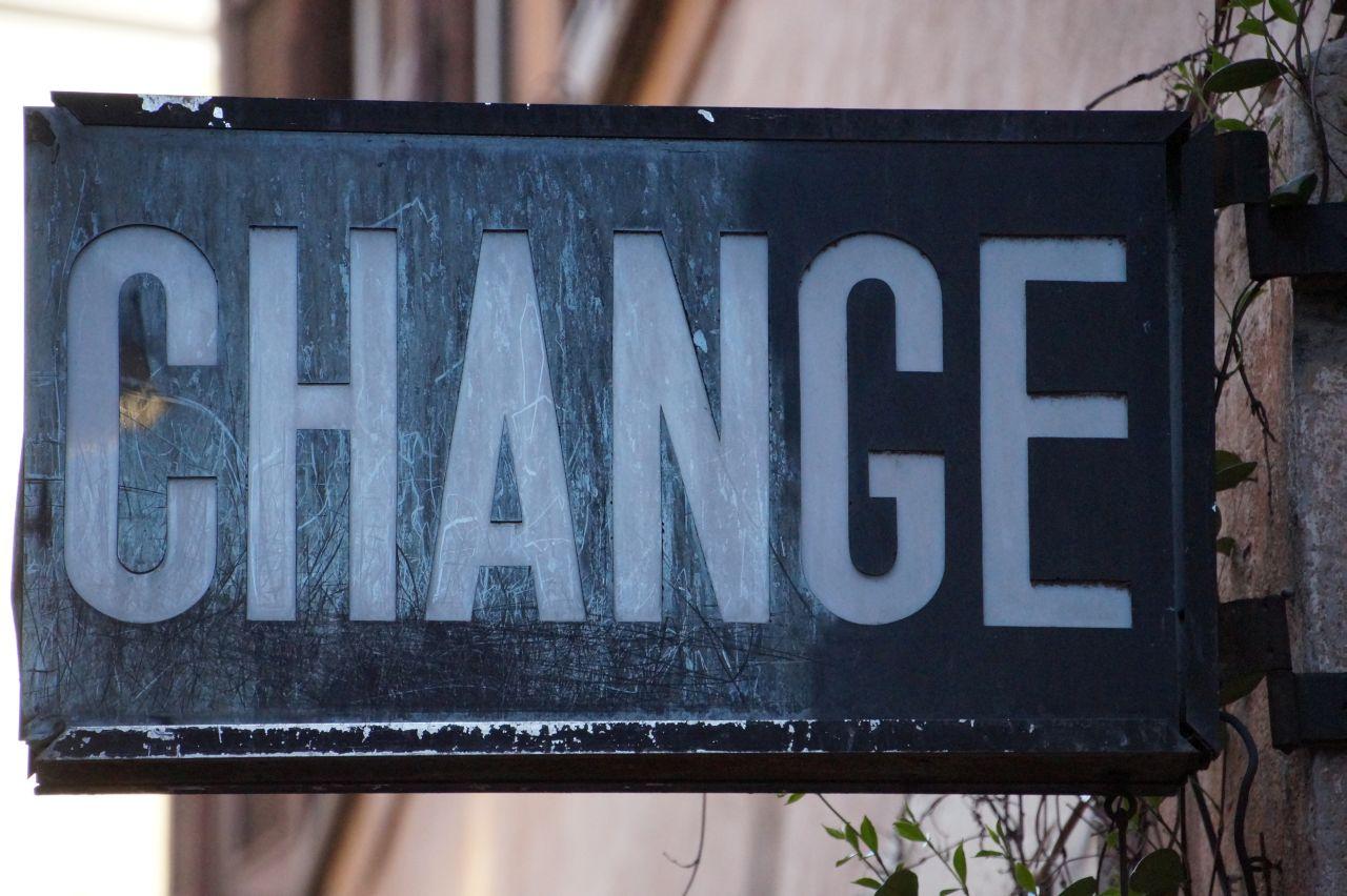 """Hier sehen Sie ein Schild auf dem """"change"""" draufsteht."""